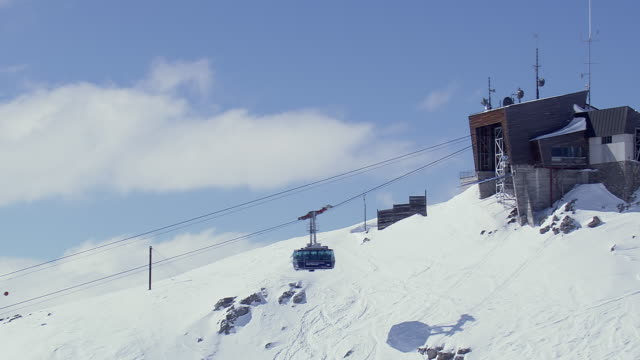 ws aerial view of cable car arriving at jacobshorn ski station / switzerland - overhead cable car stock videos & royalty-free footage