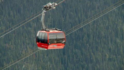 vídeos de stock, filmes e b-roll de ws ts view of cable car on whistler mountain / whistler, british columbia, canada  - teleférico veículo terrestre comercial