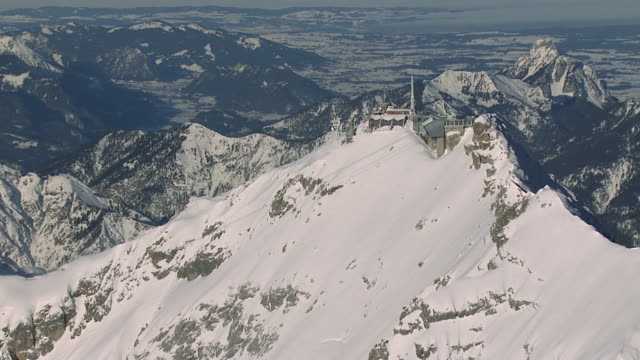 vídeos de stock, filmes e b-roll de ws aerial view of cable car station and mountains / zugspitze, bavaria, germany - montanha zugspitze