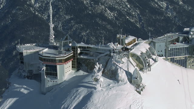 vídeos de stock, filmes e b-roll de ws aerial zi view of cable car station / zugspitze, bavaria, germany - montanha zugspitze