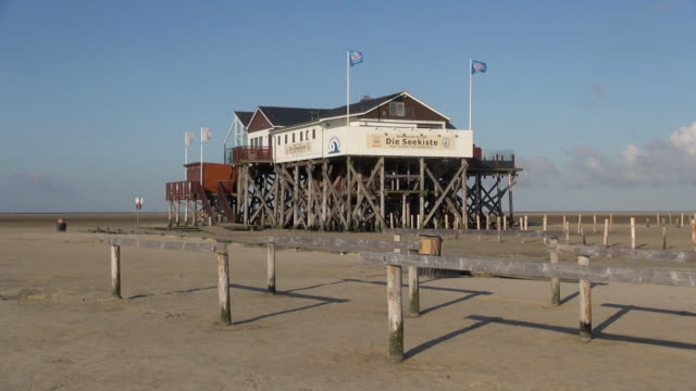 ws view of cafã© and restaurant along beach side, north sea north frisia, / st. peter ording, schleswig holstein, germany - wide shot stock videos & royalty-free footage