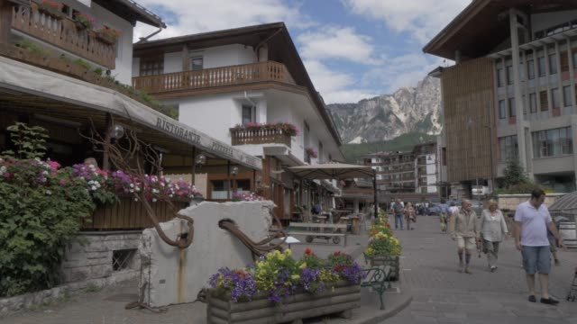 view of cafes and architecture in cortina d'ampezzo, belluno, dolomites, italy, europe - cortina stock videos & royalty-free footage