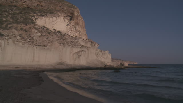 stockvideo's en b-roll-footage met ms view of cala de enmedio beach and volcanic cliffs at cabo de gata natural park / agua amarga, andalusia, spain - agua
