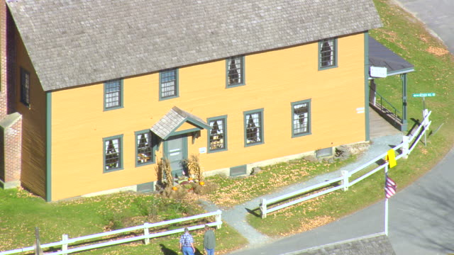 stockvideo's en b-roll-footage met ms aerial pan zi zo view of calvin coolidge birthplace and historic site / vermont, united states - geboren in