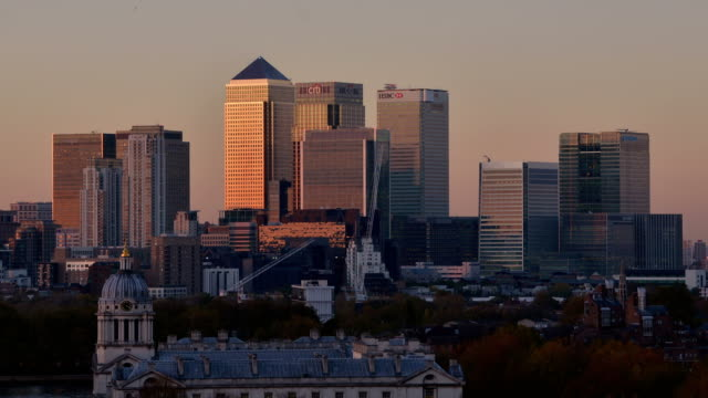 """""""ws zo t/l view of canary wharf at night to high rise offices barclays bank hsbc citi jp morgan construction cranes and old royal naval college with clear sky / london, greater london, united kingdom"""" - greater london stock videos & royalty-free footage"""