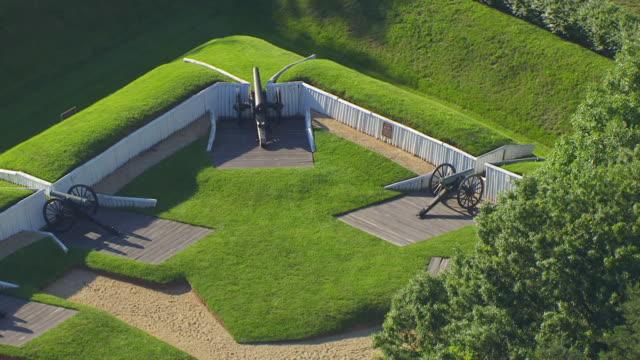 vidéos et rushes de ws aerial pov view of cannon at fort ward / alexandria, virginia, united states - alexandria virginie