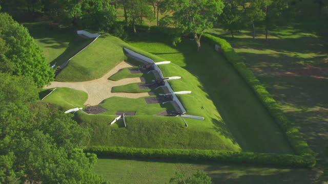 vidéos et rushes de ws zo aerial pov view of cannon at fort ward / alexandria, virginia, united states - alexandria virginie