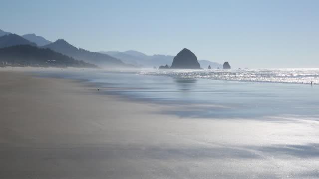 vídeos y material grabado en eventos de stock de vista de cannon beach y suave surf - costa de oregón