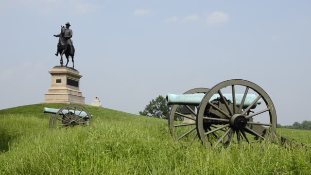 ws view of cannons and statue of general winfield scott hancock gettysburg battlefield / gettysburg, pennsylvania, united states - gettysburg stock-videos und b-roll-filmmaterial