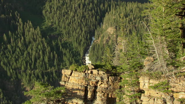 stockvideo's en b-roll-footage met ws aerial view of canyon wall to reveal waterfalls at in lake county / montana, united states - zwaartekrachtsveld