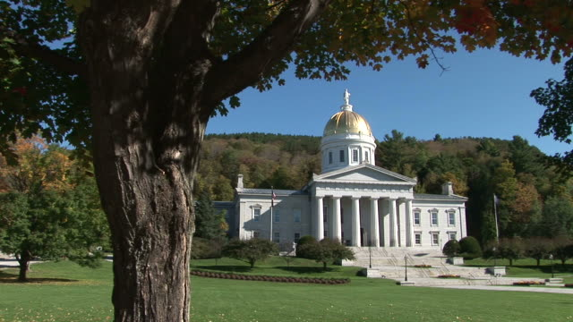vidéos et rushes de view of capital building in montpelier vermont united states - capitole d'état du vermont