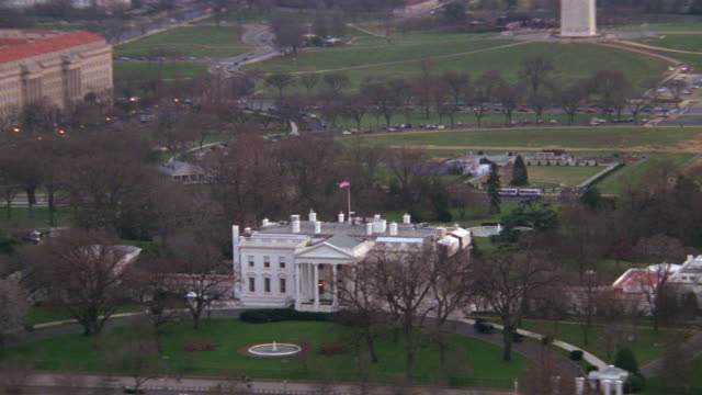 ws aerial view of capitol building, monument and lincoln memorial / washington d.c., united states - la casa bianca washington dc video stock e b–roll