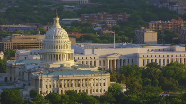 vídeos de stock, filmes e b-roll de ws zo aerial pov view of capitol building with cityscape / washington dc, united states - capitol building washington dc