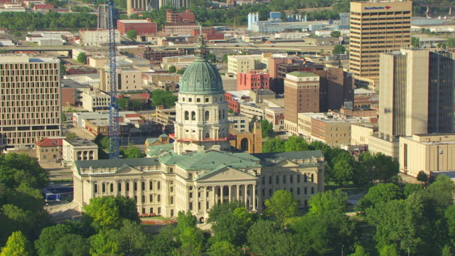 vídeos de stock e filmes b-roll de ms aerial ds view of capitol building with dome / topeka, kansas, united states - kansas