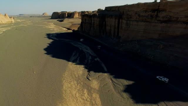 aerial ansicht des autofahrens auf gobi wüste, xinjiang, china. - erodiert stock-videos und b-roll-filmmaterial