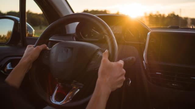 vídeos y material grabado en eventos de stock de vista de conducción interior de automóviles hacia la puesta del sol - velocimetro