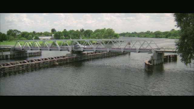 ws pan view of car moving from drawbridge / florida, usa - 跳開橋点の映像素材/bロール