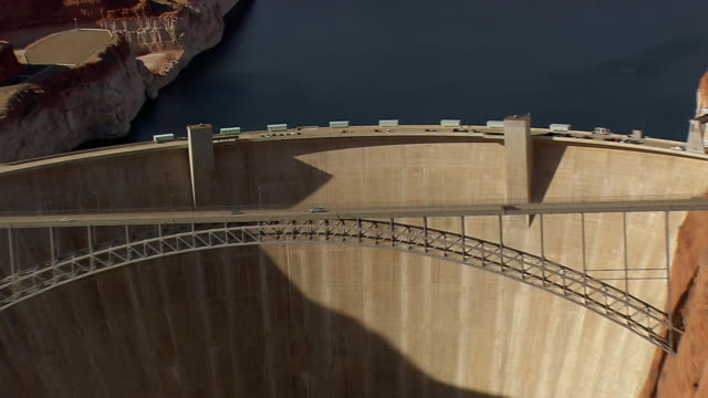 vídeos de stock, filmes e b-roll de ws aerial view of car, van moving on hoover dam bypass bridge / arizona, united states - represa hoover