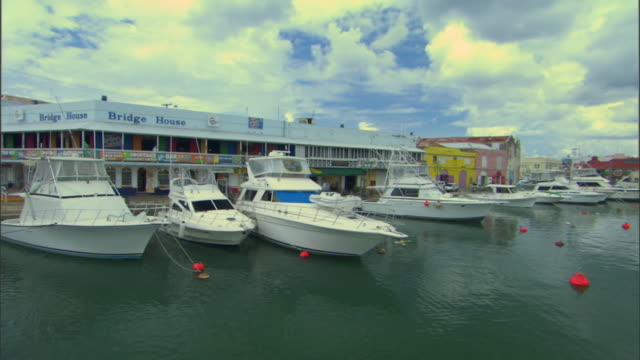 ws pan view of careenage and harbor / bridgetown, st michael, barbados - 天使ミカエル点の映像素材/bロール