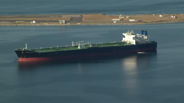 vídeos y material grabado en eventos de stock de ws aerial zi view of cargo ship in ocean / port angeles, washington, united states - estrecho de puget