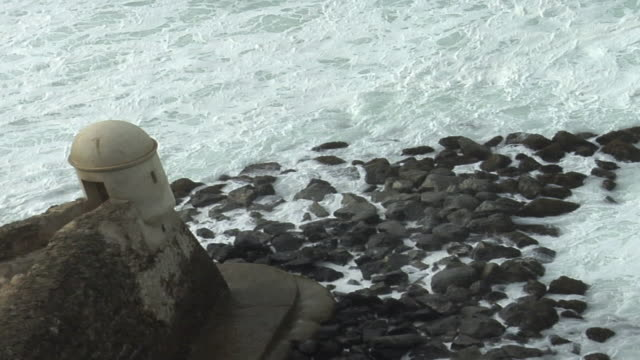 vídeos de stock, filmes e b-roll de ha ws view of caribbean tide hitting shore below turret of el morro fort/ san juan, puerto rico - kelly mason videos