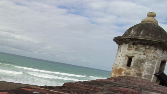 vídeos de stock, filmes e b-roll de ms view of caribbean waves hitting shore from wall of el morro fort/ san juan, puerto rico - kelly mason videos
