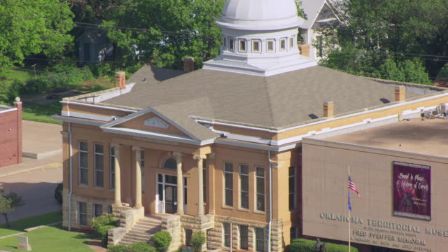 ws aerial view of carnegie library and steps  / guthrie, oklahoma, united states - 公共図書館点の映像素材/bロール