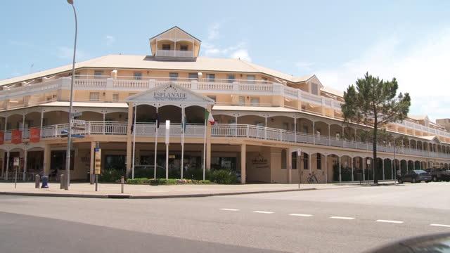 ws pan view of cars moving near esplanade hotel fremantle / fremantle, western australia, australia - フリーマントル点の映像素材/bロール
