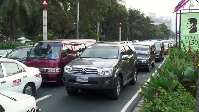 ws t/l view of cars moving on road / manila, philippines - traffic time lapse stock videos & royalty-free footage