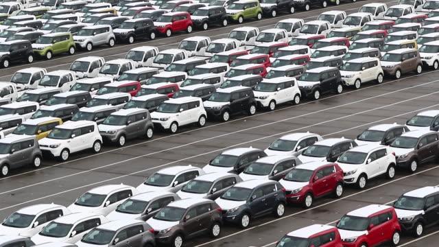 vidéos et rushes de view of cars parking in a row at export pier of sinhangman - fondu de fermeture