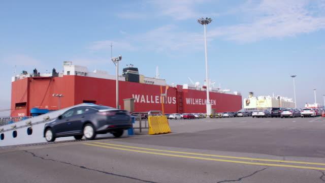 stockvideo's en b-roll-footage met view of cars running into cargo ship in a row at pyeongtaek port - scheepvaart