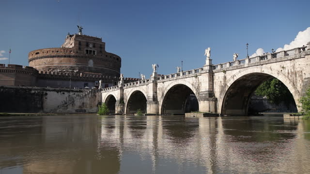 ws view of castel sant angelo, ponte sant angelo and river tiber / rome, lazio, italy  - サンタンジェロ橋点の映像素材/bロール
