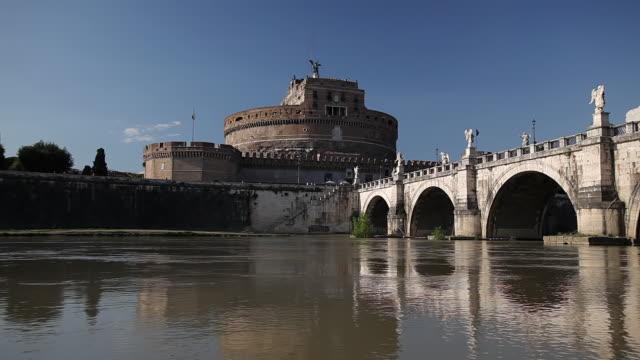 ws pan view of castel sant angelo, ponte sant angelo and river tiber / rome, lazio, italy  - サンタンジェロ橋点の映像素材/bロール