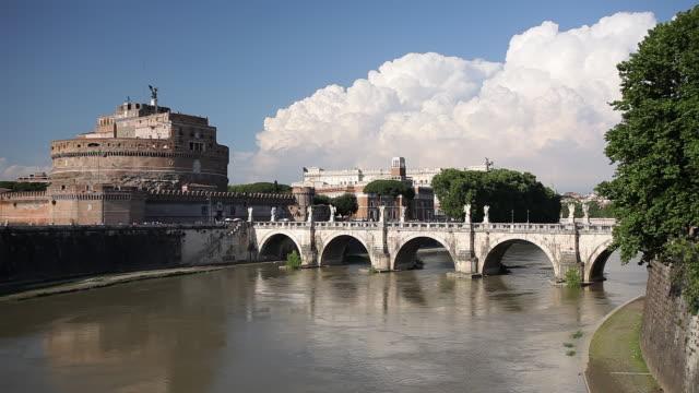 ws view of castel sant angelo, ponte santangelo and river tiber / rome, lazio, italy  - サンタンジェロ橋点の映像素材/bロール