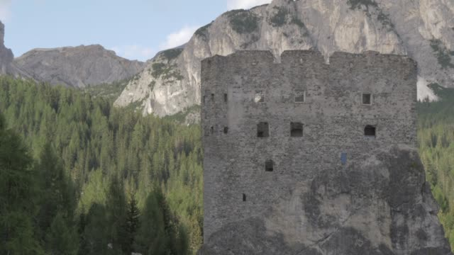 view of castello di andraz, province of belluno, italian dolomites, italy, europe - etwa 11. jahrhundert stock-videos und b-roll-filmmaterial