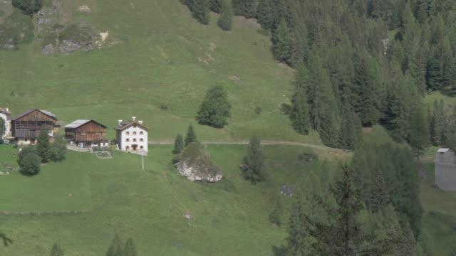 vídeos de stock e filmes b-roll de view of castello di andraz, province of bolzano, dolomites, italy, europe - por volta do século 11 dc