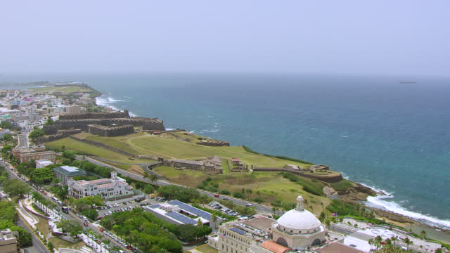 ws aerial pov view of castillo san cristobal fortress and seascape / old san juan, puerto rico, united states - stilrichtung des 16. jahrhunderts stock-videos und b-roll-filmmaterial