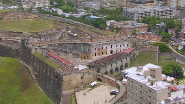 ws aerial pov view of castillo san cristobal fortress / old san juan, puerto rico, united states - 1500 talsstil bildbanksvideor och videomaterial från bakom kulisserna