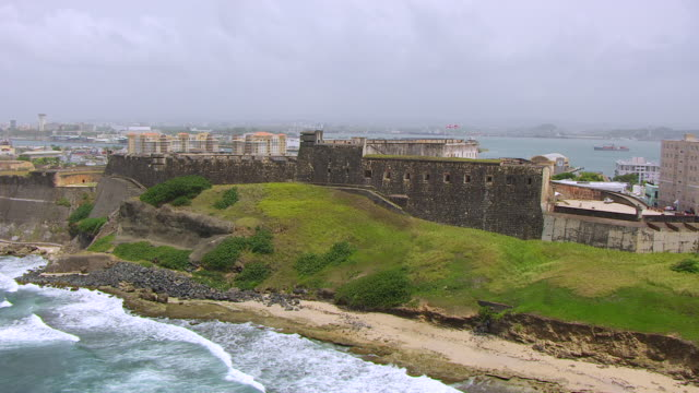 stockvideo's en b-roll-footage met ws aerial pov view of castillo san cristobal fortress / old san juan, puerto rico, united states - 16e eeuwse stijl