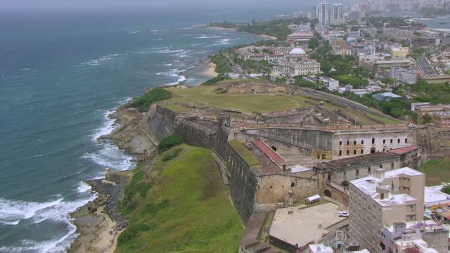 ms aerial pov zo view of castillo san cristobal fortress / old san juan, puerto rico, united states - 1500 talsstil bildbanksvideor och videomaterial från bakom kulisserna