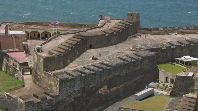 ws aerial pov zi view of castillo san cristobal fortress / old san juan, puerto rico, united states - 1500 talsstil bildbanksvideor och videomaterial från bakom kulisserna