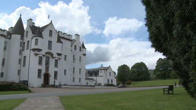 ws pan view of castle / blair atholl, perth and kinross, scotland - perthshire stock videos & royalty-free footage