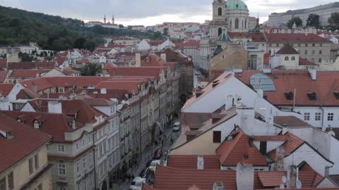 view of castle district from charles bridge, prague, czech republic, europe - 聖ヴィート大聖堂点の映像素材/bロール