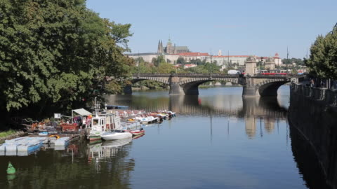 view of castle district & vltava with st. vitus cathedral and royal palace, prague, czech republic, europe - 聖ヴィート大聖堂点の映像素材/bロール
