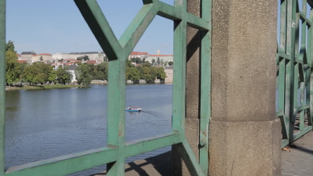 view of castle district & vltava with st. vitus cathedral and royal palace, prague, czech republic, europe - フラッチャニ城点の映像素材/bロール