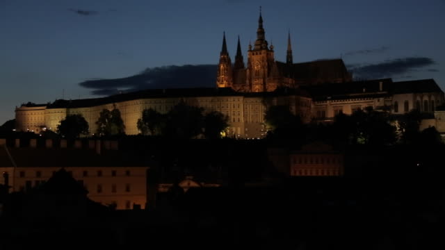 view of castle district with st. vitus cathedral and royal palace, from charles bridge, prague, czech republic, europe - 聖ヴィート大聖堂点の映像素材/bロール