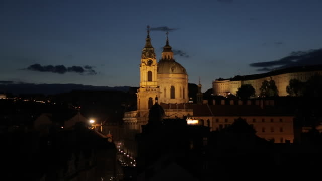 view of castle district with st. vitus cathedral and royal palace, from charles bridge, prague, czech republic, europe - tschechische kultur stock-videos und b-roll-filmmaterial