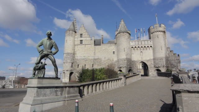 stockvideo's en b-roll-footage met ws view of castle in center of antwerp / antwerp, belgium - mannelijke gelijkenis