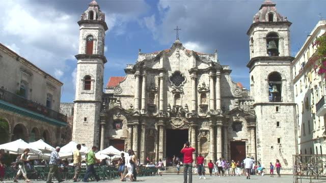ws, view of cathedral / havana city, havana, cuba - besichtigung stock-videos und b-roll-filmmaterial