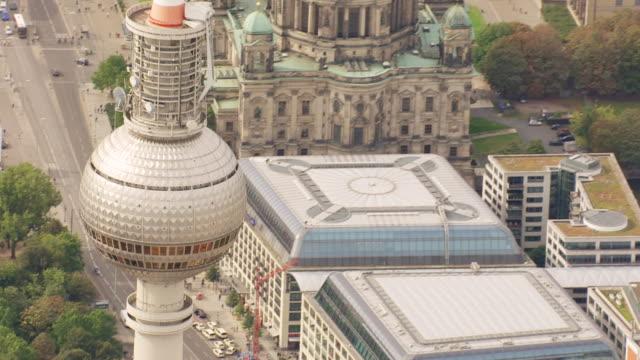 vídeos y material grabado en eventos de stock de ms aerial view of cathedral largest and most important protestant church / berlin, germany - catedral